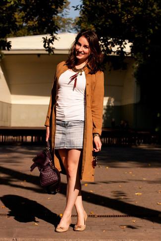 Comment porter: trench en daim marron, top sans manches blanc, minijupe en denim bleue, ballerines en cuir beiges