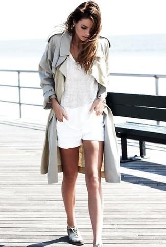 Comment porter: trench beige, top sans manches en crochet blanc, short blanc, chaussures richelieu en cuir blanches et noires
