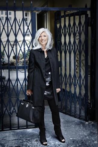 Comment s'habiller après 60 ans: Essaie de marier un trench noir avec un pantalon slim noir pour prendre un verre après le travail. Une paire de des bottines en cuir découpées noires s'intégrera de manière fluide à une grande variété de tenues.
