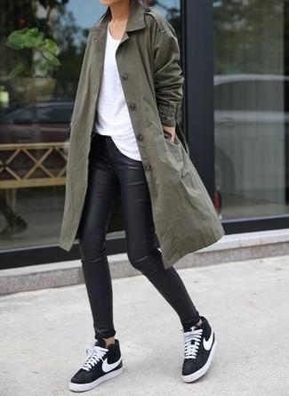 Associer un trench avec des leggings en cuir noirs est une option confortable pour faire des courses en ville. Pourquoi ne pas ajouter une paire de des baskets basses noires et blanches à l'ensemble pour une allure plus décontractée?