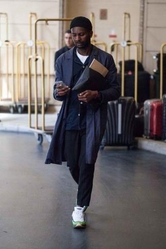 Comment porter une veste-chemise bleu marine: Pense à porter une veste-chemise bleu marine et un pantalon chino bleu marine pour créer un look chic et décontracté. Tu veux y aller doucement avec les chaussures? Assortis cette tenue avec une paire de des chaussures de sport blanches pour la journée.