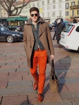 Comment porter: trench marron, veste en jean gris foncé, chemise à manches longues grise, pantalon chino orange