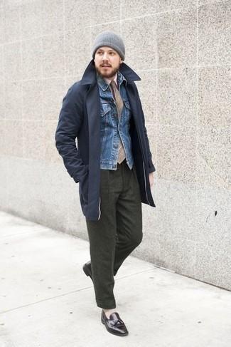 Comment porter une cravate écossaise marron clair: Fais l'expérience d'un style classique avec un trench bleu marine et une cravate écossaise marron clair. Complète ce look avec une paire de mocassins à pampilles en cuir marron foncé.
