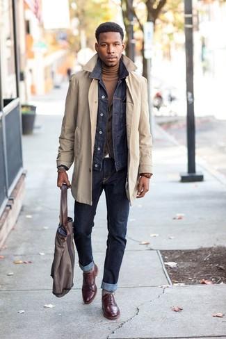 Comment porter: trench beige, veste en jean bleu marine, gilet gris foncé, pull à col roulé marron