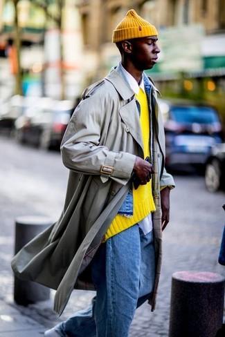 Comment porter: trench beige, veste en jean bleue, pull à col rond jaune, chemise à manches longues blanche