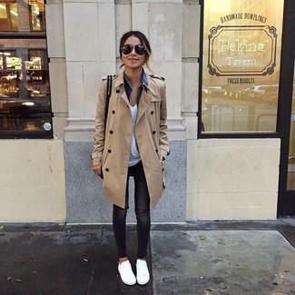 Opte pour un trench brun clair avec un jean skinny déchiré noir pour une tenue raffinée mais idéale le week-end. Une paire de des baskets basses blanches apportera un joli contraste avec le reste du look.