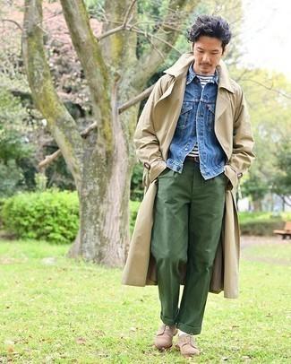 Comment porter une veste en jean bleue: Pour une tenue de tous les jours pleine de caractère et de personnalité pense à marier une veste en jean bleue avec un pantalon chino vert foncé. D'une humeur créatrice? Assortis ta tenue avec une paire de des chaussures derby en daim marron clair.