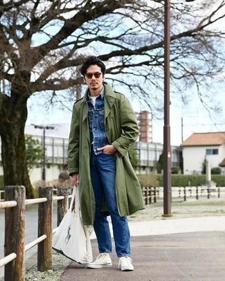 Comment porter une veste en jean bleue: Choisis une veste en jean bleue et un jean bleu pour une tenue confortable aussi composée avec goût. Si tu veux éviter un look trop formel, opte pour une paire de des baskets montantes en toile blanches.