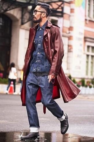 Comment porter: trench bordeaux, veste en jean bleu marine, t-shirt à col rond á pois noir et blanc, jean bleu marine