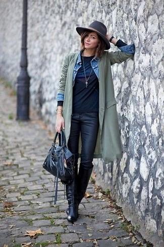 Comment porter: trench léger olive, veste en jean bleu clair, t-shirt à manche longue imprimé noir, jean skinny en cuir noir