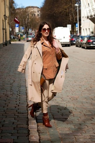 Comment porter: trench beige, veste motard en daim marron, pantalon de costume beige, bottines en cuir marron