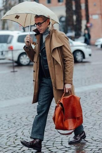 Comment porter: trench marron, veste motard en cuir noire, pull à col roulé gris, pantalon de costume en laine gris foncé