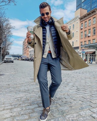 Comment porter: trench beige, veste sans manches matelassée bleu marine, cardigan beige, t-shirt à col rond gris