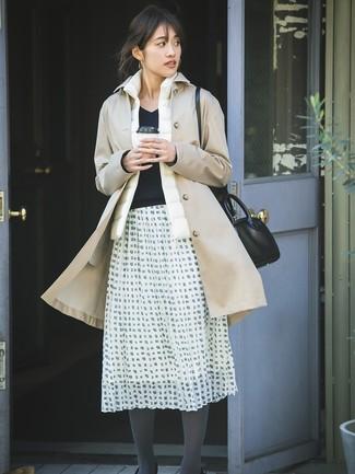 Comment porter une veste sans manches blanche: Pense à associer une veste sans manches blanche avec une jupe évasée à carreaux blanche et noire pour une impression décontractée.