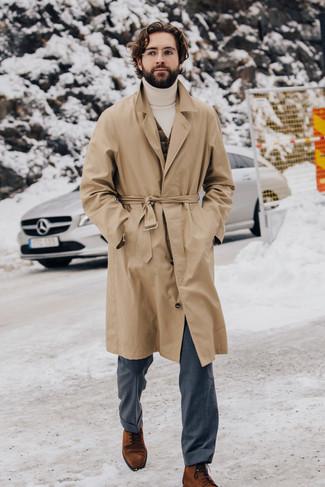 Comment porter un pantalon de costume gris: Pense à marier un trench marron clair avec un pantalon de costume gris pour une silhouette classique et raffinée. Une paire de des bottes habillées en daim tabac est une option génial pour complèter cette tenue.