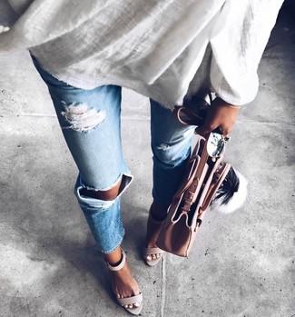 Comment porter: tunique en lin blanche, jean déchiré bleu clair, sandales à talons en cuir grises, sac fourre-tout en cuir rose