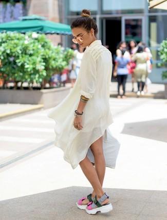 Comment porter une tunique en lin blanche: Associe une tunique en lin blanche avec un short blanc pour un déjeuner le dimanche entre amies. Si tu veux éviter un look trop formel, fais d'une paire de des sandales plates en cuir multicolores ton choix de souliers.