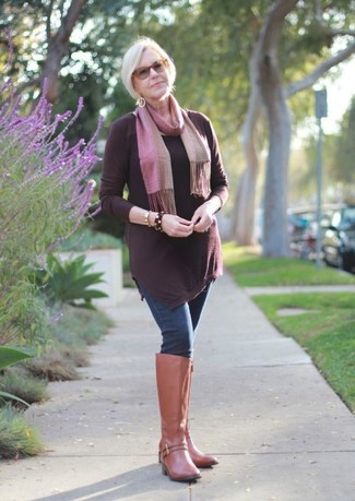 Comment porter: tunique bordeaux, jean skinny bleu marine, bottes hauteur genou en cuir marron clair, écharpe rose
