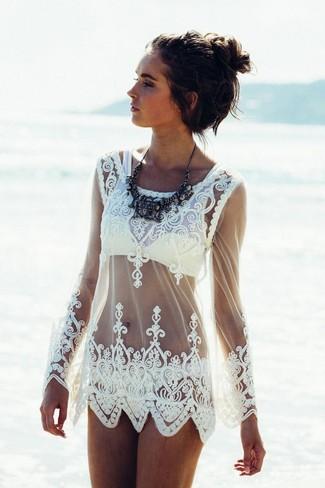 Comment porter: tunique de plage en dentelle blanche, top de bikini jaune, bas de bikini jaune, collier noir
