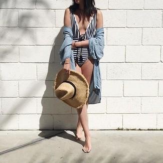 Comment porter: tunique de plage bleu clair, maillot de bain une pièce à rayures horizontales blanc et noir, chapeau de paille marron clair