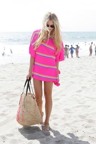 Comment porter: tunique de plage à rayures horizontales fuchsia, tongs en cuir beiges, sac fourre-tout de paille marron clair, lunettes de soleil noires