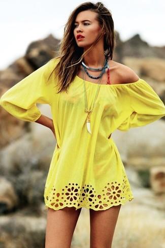Comment porter: tunique de plage jaune, top de bikini imprimé léopard rouge, bas de bikini imprimé léopard rouge