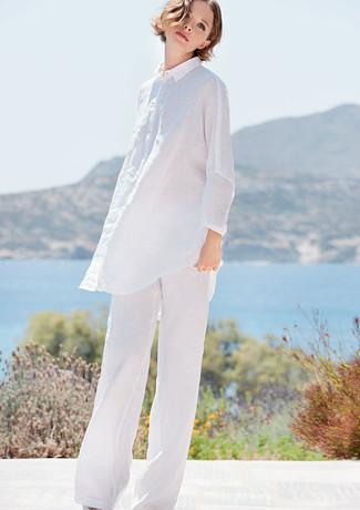 Comment porter une tunique en lin blanche: Pense à marier une tunique en lin blanche avec un pantalon large en lin blanc pour se sentir en toute confiance et être à la mode.