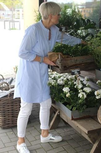 Comment porter: tunique en lin bleu clair, pantalon chino blanc, baskets basses en cuir blanches