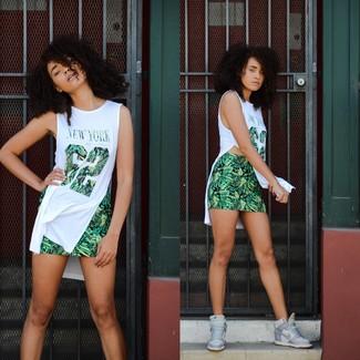 Comment porter des baskets compensées en cuir grises: Pense à marier une tunique imprimée blanche avec une minijupe imprimée verte pour créer un style chic et glamour. Mélange les styles en portant une paire de des baskets compensées en cuir grises.