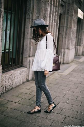 Comment porter une tunique en lin blanche: Pense à associer une tunique en lin blanche avec un jean skinny gris foncé pour achever un look chic. Décoince cette tenue avec une paire de des ballerines en cuir noires.
