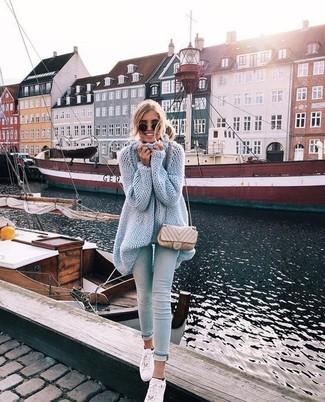 Comment porter une tunique en tricot bleu clair: Pour une tenue de tous les jours pleine de caractère et de personnalité associe une tunique en tricot bleu clair avec un jean skinny bleu clair. Une paire de des baskets basses en cuir blanches apporte une touche de décontraction à l'ensemble.