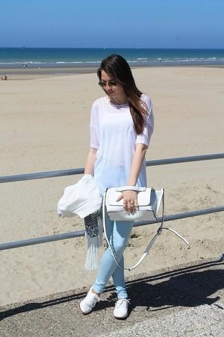 Comment porter une tunique en lin blanche: Associe une tunique en lin blanche avec un jean skinny bleu clair et tu auras l'air d'une vraie poupée. D'une humeur créatrice? Assortis ta tenue avec une paire de des chaussures richelieu en cuir blanches.