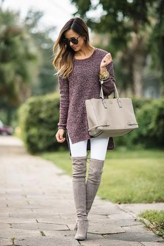Comment porter: tunique en tricot bordeaux, jean skinny blanc, cuissardes en daim grises, sac fourre-tout en cuir beige