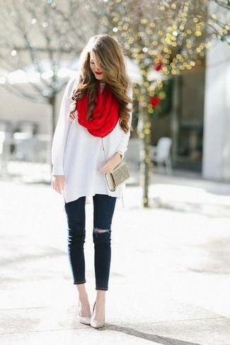 Une tunique en laine blanche et une écharpe sont un choix de tenue idéale à avoir dans ton arsenal. Complète ce look avec une paire de des escarpins pailletés dorés.