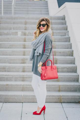 Comment porter: tunique en tricot grise, jean skinny blanc, escarpins en daim rouges, sac bandoulière en cuir rouge