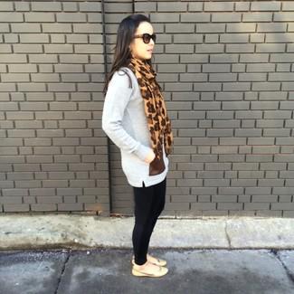 Comment porter: tunique en laine grise, leggings noirs, ballerines en cuir marron clair, écharpe imprimée léopard marron