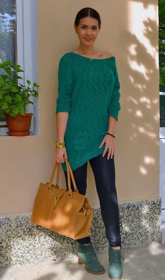 Comment porter: tunique verte, leggings noirs, bottines à lacets en daim vert foncé, sac fourre-tout en cuir tabac