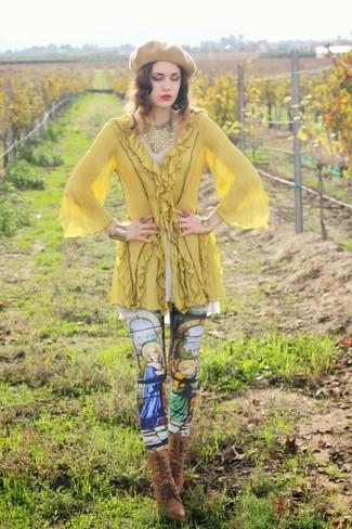 Comment porter: tunique jaune, leggings imprimés multicolores, bottines à lacets en cuir marron, béret marron clair