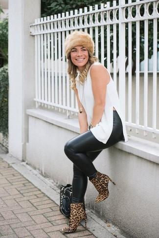 Comment porter un chapeau de fourrure: Associe une tunique blanche avec un chapeau de fourrure pour une impression décontractée. Une paire de des bottines en daim imprimées léopard marron clair est une option parfait pour complèter cette tenue.
