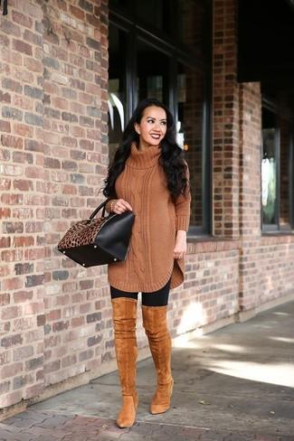 """Si tu es une fille plutôt """"jean t-shirt"""", tu vas aimer le combo simple d'une tunique en laine en tricot marron et de leggings noirs. D'une humeur audacieuse? Complète ta tenue avec une paire de des cuissardes en daim tabac."""
