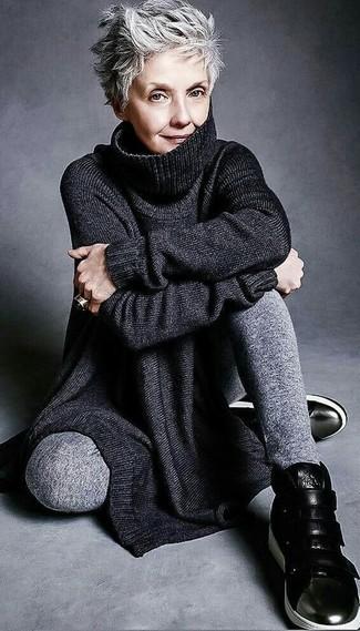 Tenue: Tunique en tricot noire, Pantalon de jogging gris, Baskets montantes en cuir noires, Bague noire