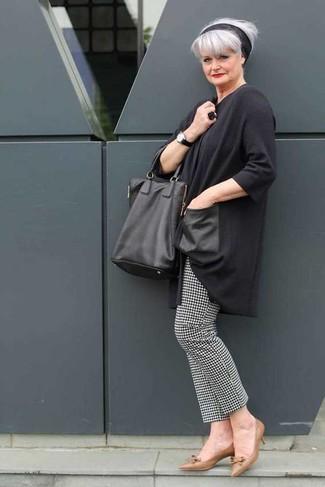 Comment porter: tunique gris foncé, pantalon slim en pied-de-poule noir et blanc, escarpins en cuir marron, sac fourre-tout en cuir noir