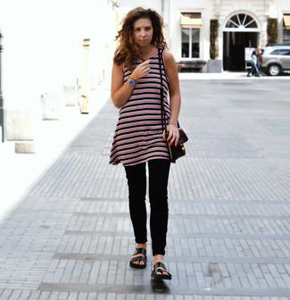 Comment porter: tunique à rayures horizontales rouge et noir, jean skinny noir, sandales plates en cuir noires, sac bandoulière en cuir marron foncé