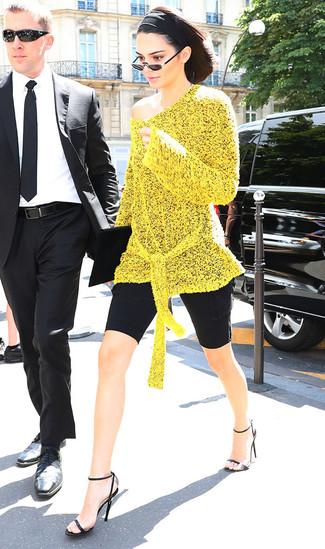 Comment porter: tunique en tricot jaune, short cycliste noir, sandales à talons en cuir noires, pochette en daim noire