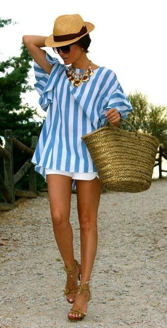 Comment porter un short blanc: Essaie d'harmoniser une tunique à rayures verticales blanc et bleu avec un short blanc et tu auras l'air d'une vraie poupée. Cet ensemble est parfait avec une paire de des sandales à talons en cuir olive.