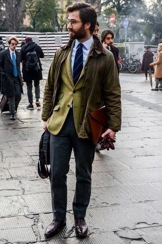 Comment porter un blazer avec une chemise de ville: Porte un blazer et une chemise de ville pour un look classique et élégant. Jouez la carte classique pour les chaussures et assortis cette tenue avec une paire de des chaussures richelieu en cuir bordeaux.