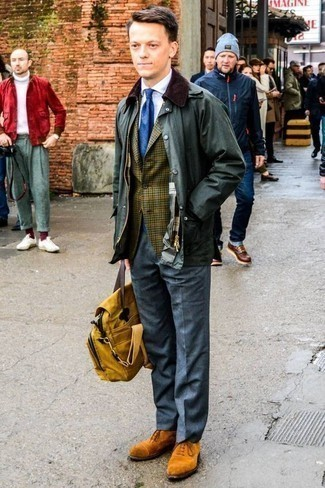 Comment porter un blazer avec une chemise de ville: Harmonise un blazer avec une chemise de ville pour une silhouette classique et raffinée. Opte pour une paire de des chaussures richelieu en daim tabac pour afficher ton expertise vestimentaire.