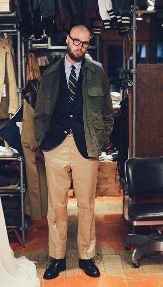 Comment porter un pantalon de costume marron clair: Pense à harmoniser une veste à col et boutons olive avec un pantalon de costume marron clair pour un look classique et élégant. Une paire de des chaussures derby en cuir noires est une option judicieux pour complèter cette tenue.