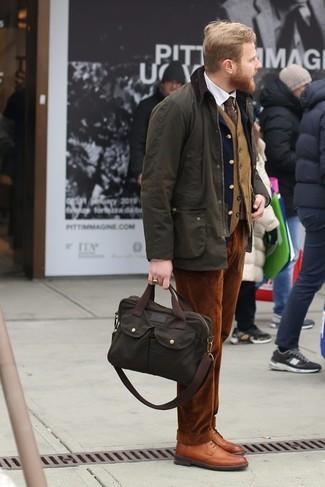 Comment porter: veste à col et boutons olive, blazer en laine bleu marine, gilet en laine marron clair, chemise de ville blanche