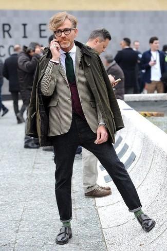 Comment porter une cravate vert foncé: Harmonise une veste à col et boutons olive avec une cravate vert foncé pour un look classique et élégant. Une paire de des double monks en cuir noirs est une option génial pour complèter cette tenue.